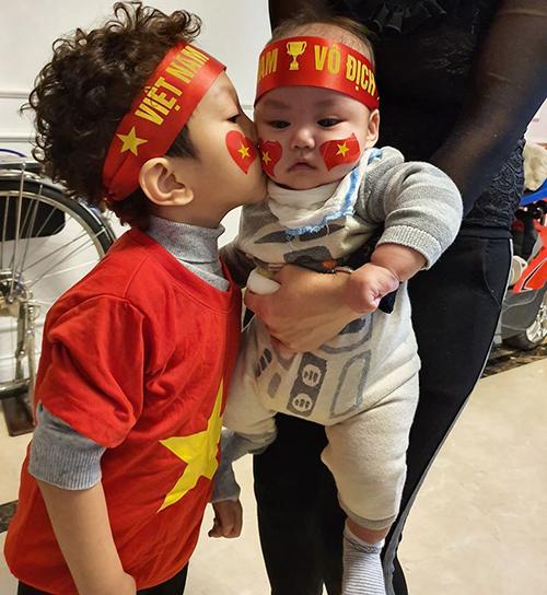 Mừng Việt Nam vô địch, ca sĩ Tuấn Hưng chia sẻ khoảnh khắc hai con trai và cho biết đã chờ ngày này đúng 10 năm trời.