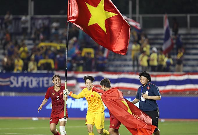 Tuyển nữ Việt Nam mừng HC vàng khi vượt qua Thái Lan ở chung kết. Ảnh: Đức Đồng.