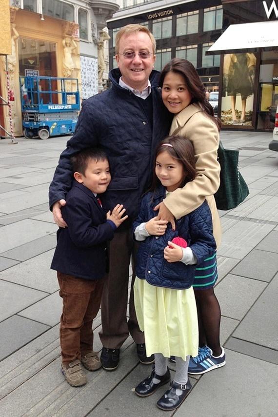 Sau thành công của vai Ngọc trong phim Người đàn bà yếu đuối, Kim Ngân không phát triển sự nghiệp diễn xuất mà kết hôn cùng ông xã người Italy và chuyển sang Thụy Sĩ sinh sống. Thời gian mới định cư ở châu Âu, nữ diễn viên học cách thích nghi với ngôn ngữ, thời tiết, ẩm thực, văn hoá... để hòa nhập với mọi người. Giai đoạn sinh hai con Julia (2006) và Alberto (2008), cô phải tự tay lo liệu mọi việc trong gia đình, thay vì có sự giúp đỡ từ bố mẹ hai bên. Kim Ngân nói thêm chồng Tây chưa bao giờ khiến cô cảm thấy phụ thuộc kinh tế. Hiện người đẹp quản lý một cửa hàng pizza, kết hợp kinh doanh online. Lợi nhuận không cao nhưng cô thấy vui vì được làm việc mình thích và có nhiều thời gian chăm sóc con cái.