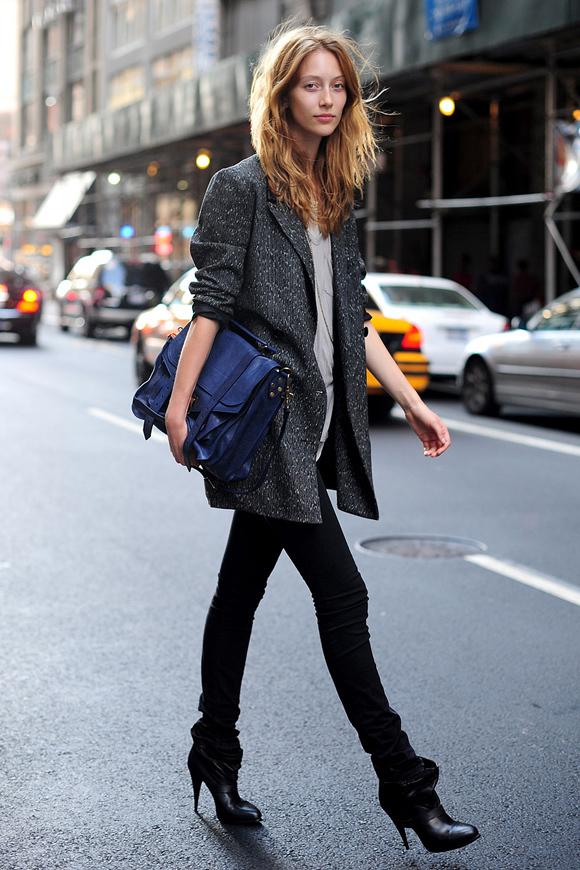 Với những bạn gái sở hữu vóc dáng cao ráo, bộ đôi blazer dáng dài và quần skinny là gợi ý tuyệt vời để khai thác lợi thế cũng như phù hợp nhiều hoàn cảnh xuất hiện.