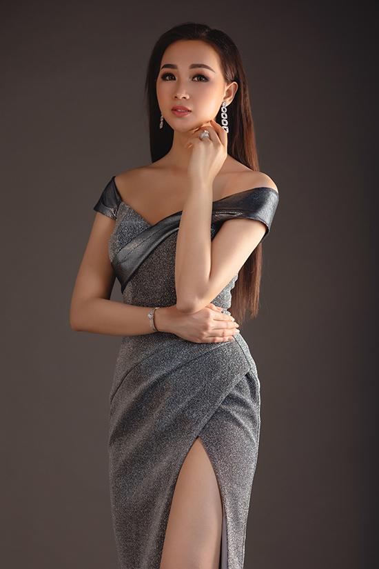 Trong bộ ảnh thực hiện cùng Hoa khôi Du lịch Đồng Nai, nhà thiết kế Nguyễn Hà Nhật Huy trình làng các kiểu váy dạ hội dành cho mùa tiệc tùng cuối năm.