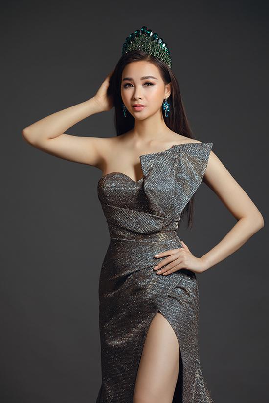 Cùng với phần siết eo tinh tế, váy dạ hội được chăm chút phần draping để giúp nữ sinhKhoa Quản trị Kinh doanh Trường Đại học Lạc Hồng tôn vẻ đẹp quyến rũ.