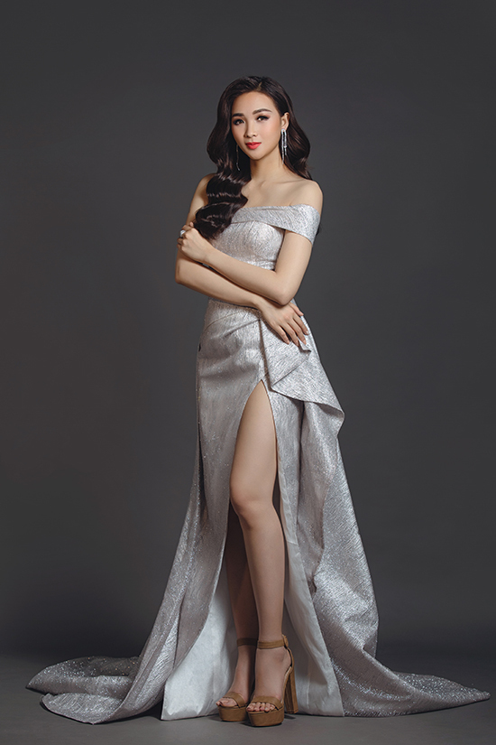 Chi tiết xẻ chân váy cao được nhà mốt áp dụng cho nhiều kiểu đầm dạ hội. Bên cạnh đó kỹ thuật xếp nếp, tạo khối cũng được khai thác triệt để.