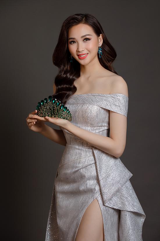 Các mẫu thiết kế lần này được Nguyễn Hà Nhật Huy thể hiện cuốn hút trên vải phun kim tuyến được nhiều nhà mốt yêu thích ở mùa thu đông năm nay.