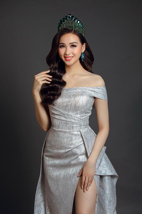 Xu hướng váy xẻ táo bạo cũng được nhà mốt Việt đưa vào các trang phục mới và được tiết chế để giúp phái đẹp tự tin hơn khi tham gia tiệc tùng.