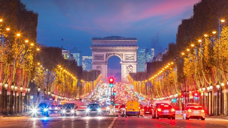 Châu Âu sẽ đưa du khách chìm vào không khí Giáng sinh nhộn nhịp với những ánh đèn rực rỡ.