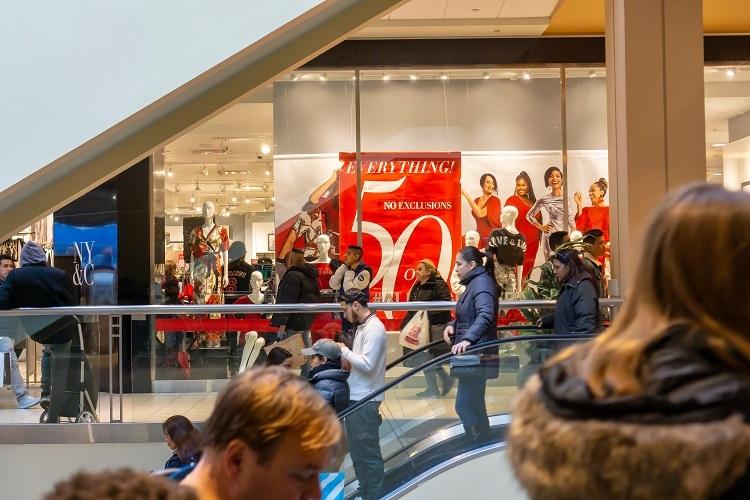 Giữa tiết trời giá lạnh, các trung tâm mua sắm ở Mỹ vẫnnườm nượp khách đến mua sắm mùa giảm giá.
