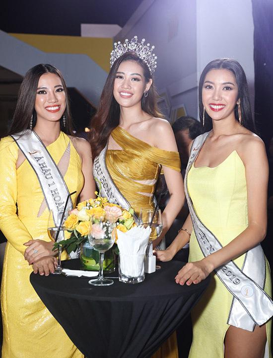 Top 3 Hoa hậu Hoàn vũ Việt Nam 2019 đua sắc với trang phục gam vàng từ đậm tới nhạt.