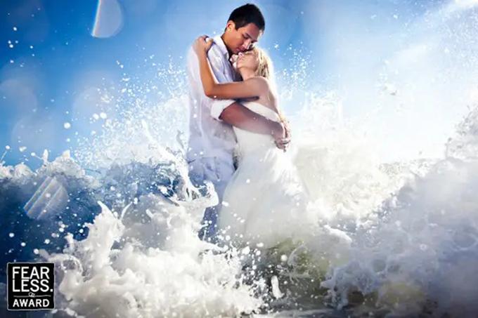 Nhiếp ảnh gia Sasha Leahovcenco bắt được giây phútnhững cơn sóng dồn khi cặp mới cưới trao nhau cái ôm tình cảm.