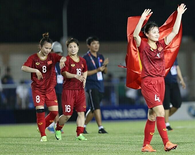 Hoàng Thị Loan cùng đồng đội ăn mừng sau chiến thắng trong trận chung kết. Ảnh: Đức Đồng.