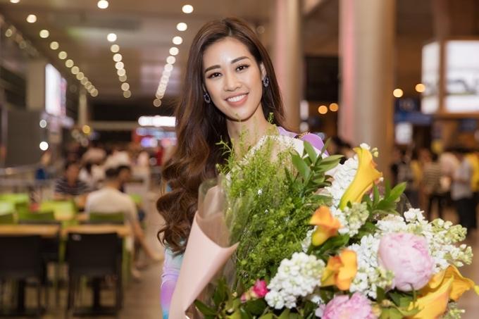 Tất bật sau một ngày đi giao lưu truyền thông, Khánh Vân ra sân bay lúc nửa đêm và chuẩn bị bó hoa đón á hậu Hoàng Thùy.