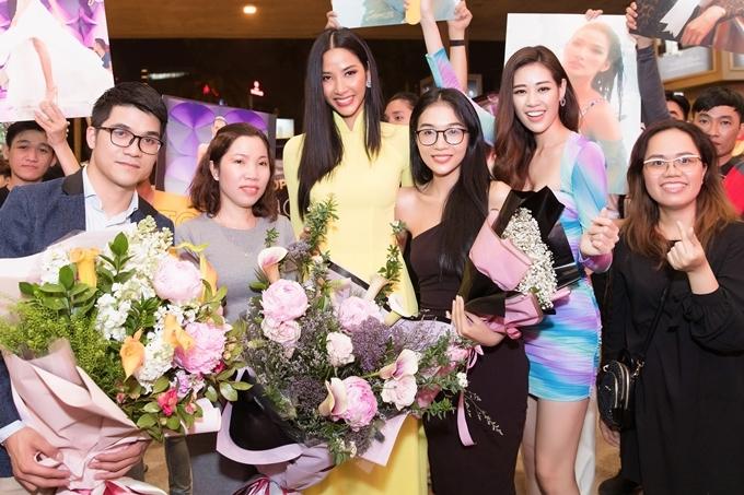 Đại diện gia đình và ban tổ chức Hoa hậu Hoàn vũ Việt Nam cũng có mặt ở sân bay đón Hoàng Thùy.