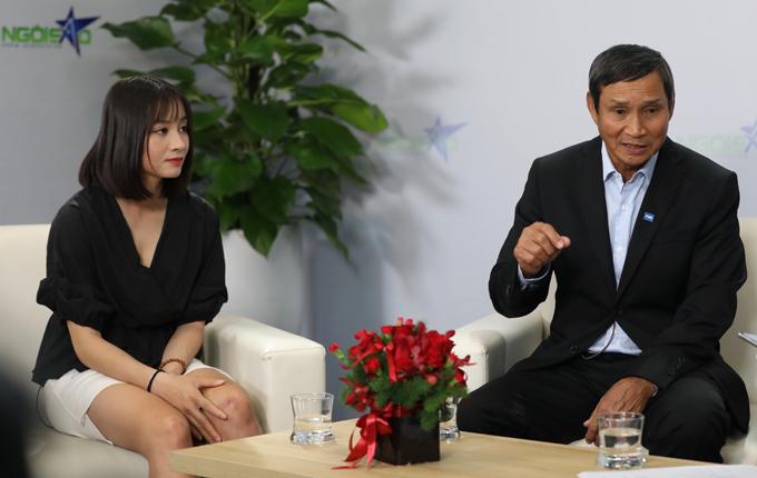 HLV Mai Đức Chung và nữ tuyển thủ Hoàng Thị Loan trong buổi giao lưu.