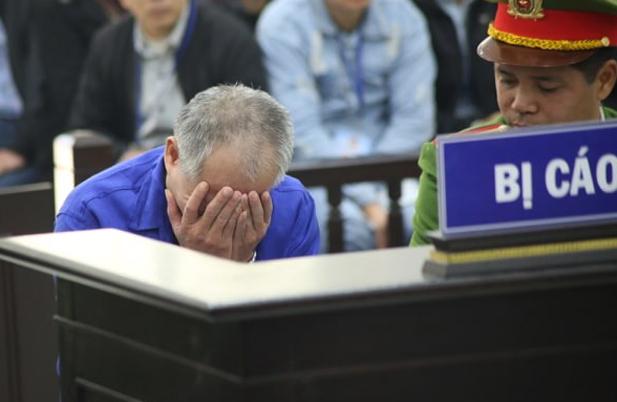 Chị Nhung đeo khẩu trang đến tòa cùng người thân sáng 12/12. Ảnh: Nguyễn Ngoan.