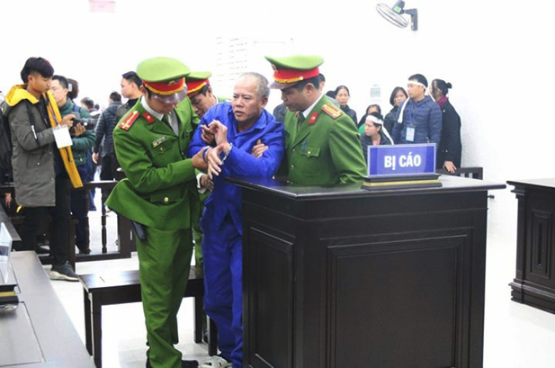 Nguyễn Văn Đông nghã khụy khi nghe tòa tuyên án tử hình. Ảnh: Nguyễn Ngoan.