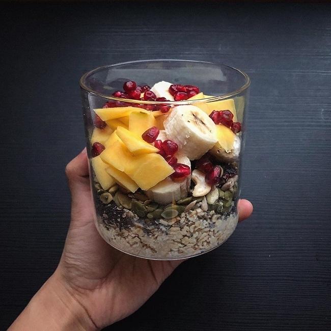 Từ một người lười ăn sáng, thường bỏ bữa, Hồng Phương đã học cách chuẩn bị các món như yến mạch ngâm qua đêm, sinh tố... để tiết kiệm thời gian cho bữa ăn đầu tiên trong ngày.