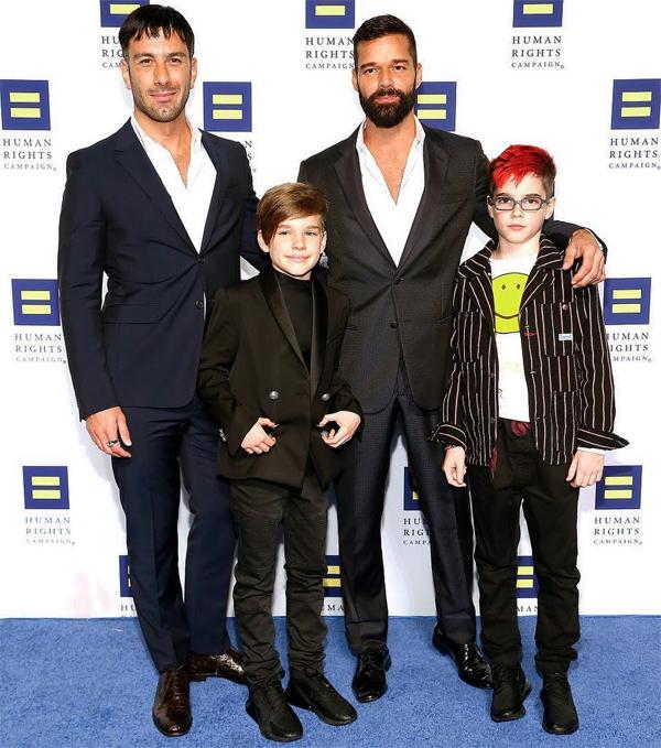 Ricky bên bạn đời và hai con trai lớn.
