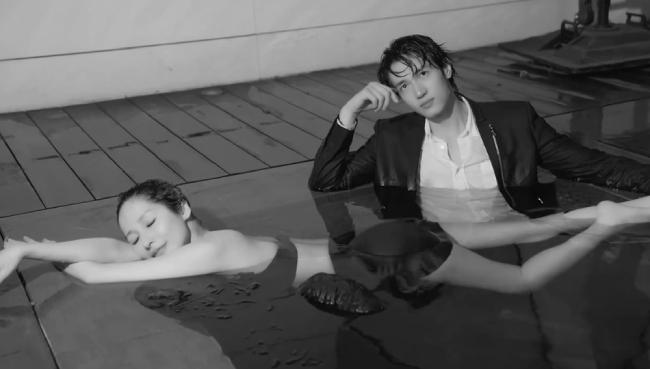 Cặp đôi có nhiều màn tình tứ trên giường, trong bể bơi.