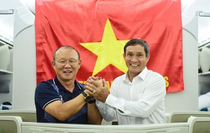 HLV Mai Đức Chung và HLV Park trên máy bay rời Philippines sau SEA Games. Ảnh: Giang Huy