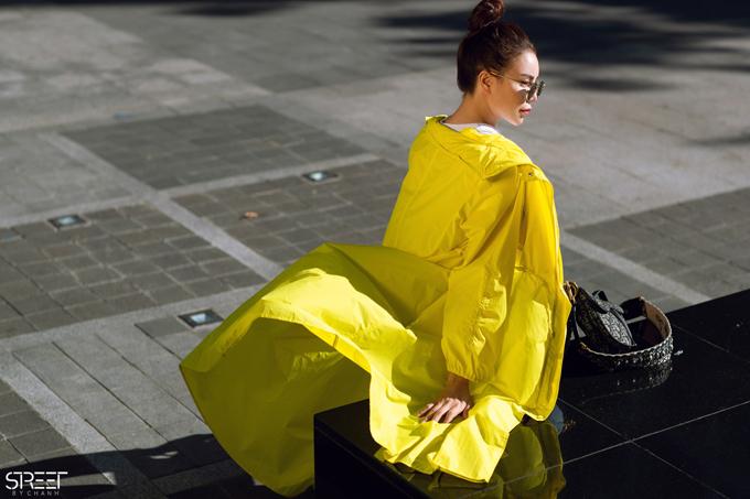 Trà Ngọc Hằng nổi bật trên phố với thiết kế áo choàng tông vàng chanh.
