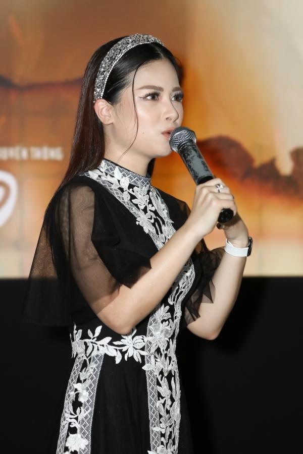 Dương Hoàng Yến sinh năm 1991, được biết đến qua các cuộc thi: Sao Mai điểm hẹn 2008, The Voice 2013.