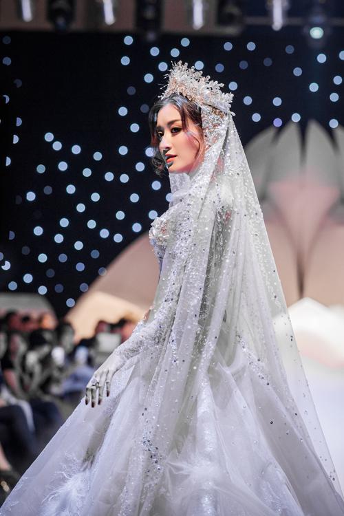 Tấm khăn voanlấp lánh, gợi nhắc đến trang phục cưới xa hoa của phụ nữ vùng Trung Đông.