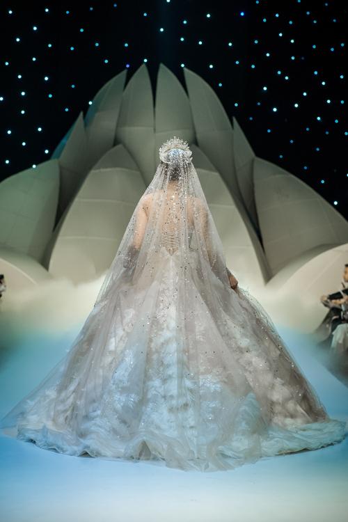 Mặt lưng váy được chăm chút từng chi tiết, giúp cô dâu thu hút ánh nhìn ở mọi khung hình, từng bước đi.
