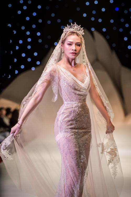 NTK Anh Thư tìm kiếmcảm hứng sáng tác nghệ thuậttừ những câu chuyện, ước mơ được khoác lên mình chiếc váy cưới cổ tích từcô dâu. Chị tạo nên các thiết kế riêng biệt giúp tôn nét đẹp, cá tính riêng của tân nương, giúp nàng trở thành phiên bản xinh đẹp nhất của mình trong hôn lễ.