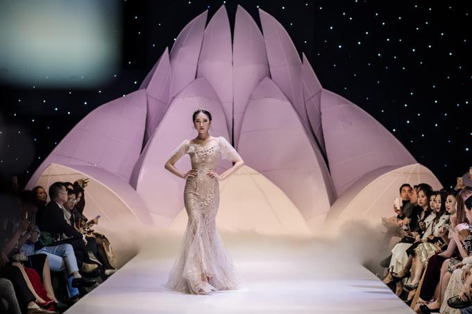 Bộ váy mang phom dáng đuôi cá, tôn triệt để đường cong của tân nương.