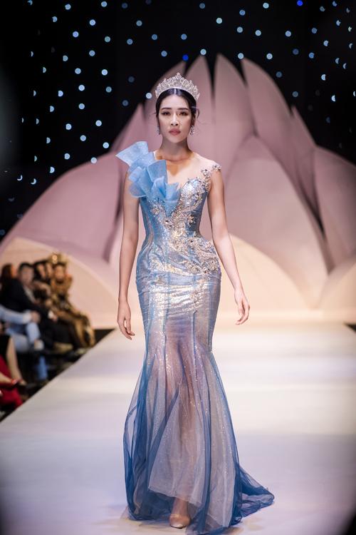 Bọ cánh truyền tải được ý tưởng sáng tạo của Anh Thư về dải ngân hà sáng lấp lánh giữa đêm tối, giúp trang phục có giá trị thẩm mỹ cao.