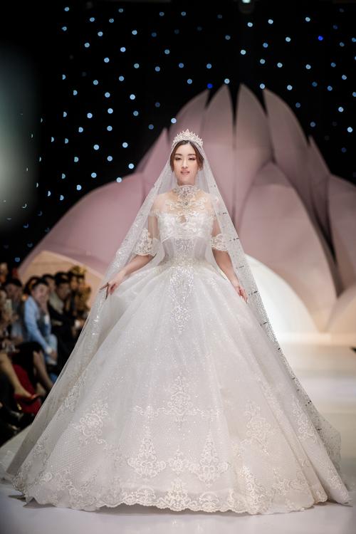 Tối 12/12, Hoa hậu Đỗ Mỹ Linh đãtrình diễn váy cưới đính kim cương trị giá 1 triệu USD đến từ NTK Phạm Đăng Anh Thư. Chị muốn đem đến các thiết kế tôn vẻ đẹp mong manh, thuần khiết và sự sang trọng cho cô dâu mới.