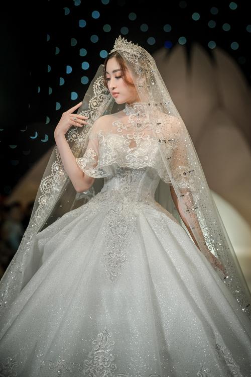 Viên kim cương đính trên ngực áo khiến bộ cánh thêm phần rực rỡ, hút ánh nhìn.NTK Anh Thư từng chia sẻ:Kim cương tượng trưng cho sự vĩnh cửu của tình yêu. Vì thế, tôi nghĩ không có gì tốt hơn, hoàn hảo hơn là một viên kim cương được đính lên váy cưới, có ý nghĩa biểu trưngcho sự hạnh phúc lâu dài của cuộc đời.