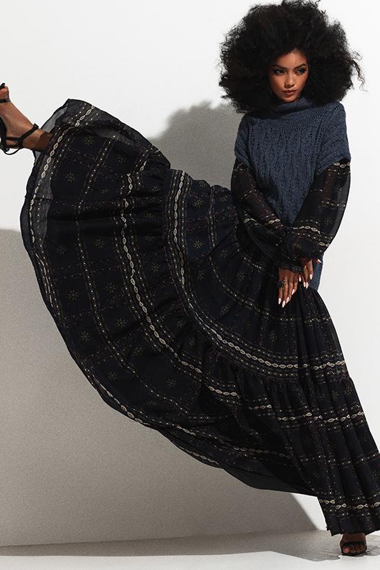 Trang phục thu đông với sự kết hợp của len, voan, vải hoạ tiết của Lê Thanh Hoà sống động hơn qua bộ ảnh của Bích Tuyền.