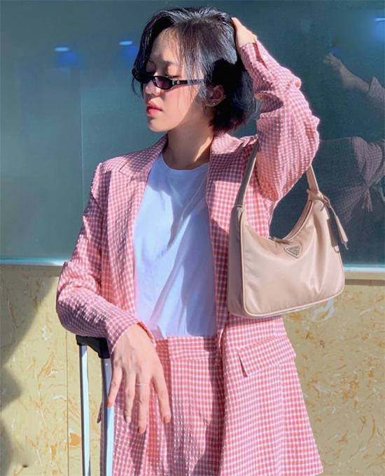 Diễn viên hài Diệu Nhi sành điệu không thua kém dàn fashionista Việt khi mix suit kẻ sọc ca rô hồng cùng áo thun trắng và túi kẹp nách.