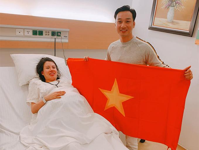 Thành Trung và bà xã Ngọc Hương tại bệnh viện tối 10/12.