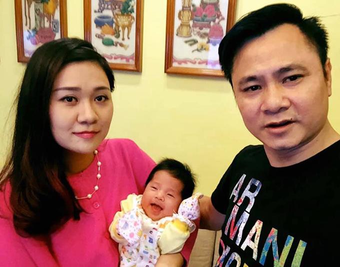Tự Long và bà xã Minh Nguyệt kết hôn từ năm 2015. Anh đến với cô sau một lần đổ vỡ.