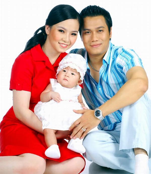 Việt Anh và người vợ đầu cùng con gái đầu lòng khi còn mặn nồng.