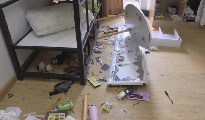 Đồ đạc bên trong căn hộ của Tang đổ vỡ vì hai người xảy ra xích mích, xô xát. Ảnh: SCMP.