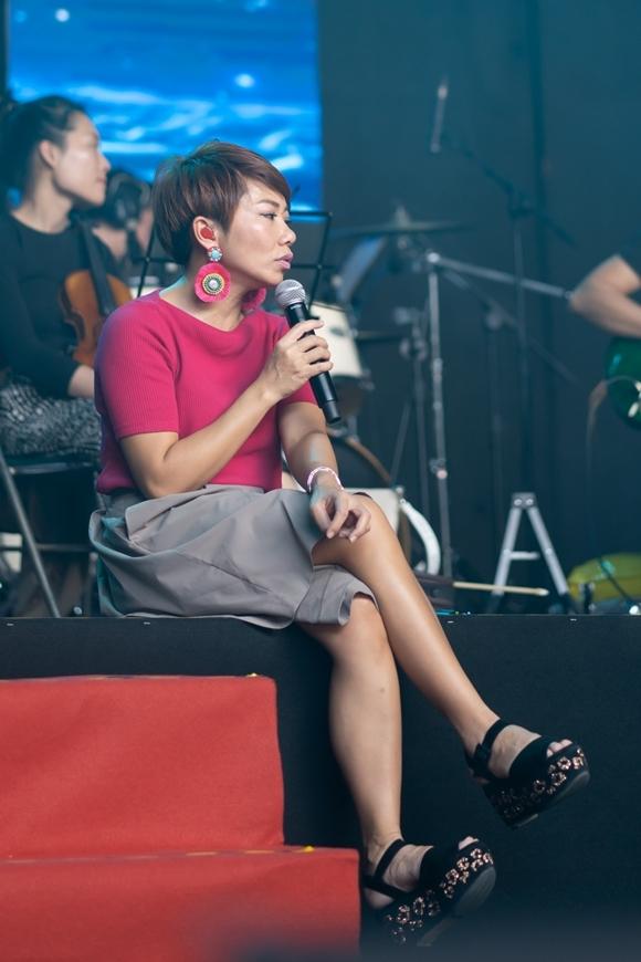 Diva mặc giản dị, ngồi bệt trên sân khấu tập cùng ban nhạc. Cô từ Mỹ trở về Việt Nam trước đó một ngày.