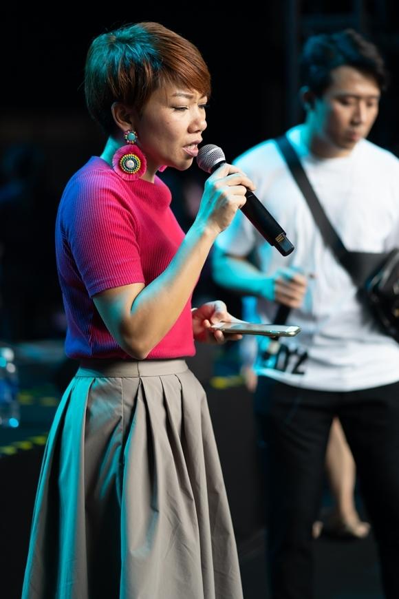 Trong đêm nhạc Spark Live Concert: So Hyang In Vietnam diễn ra tối 14/12, Hà Trần đảm nhận mảng màu sắc âm nhạc sâu lắng với phong cách Jazz đã thành thương hiệu của cô. Ngoài ra, nữ ca sĩ gốc Hà Nội còn có tiết mục hòa giọng cùng đàn chị Khánh Hà và đàn em Hồ Ngọc Hà. Phần trình diễn của ba giọng ca tên Hà thuộc ba thế hệ này từng được Trấn Thành tiết lộ trong họp báo trước đó.