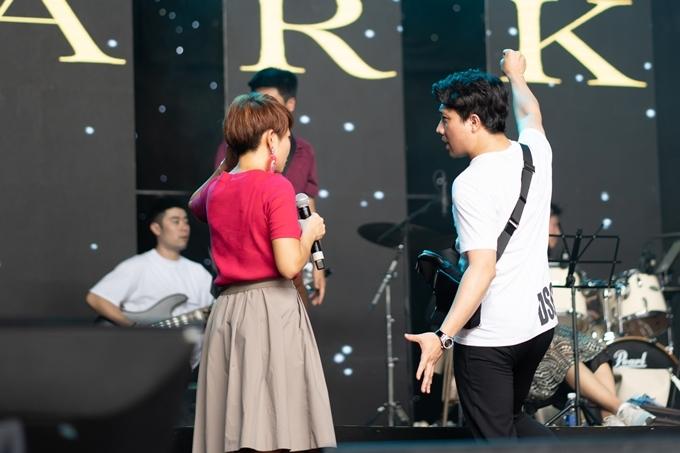 Trần Thu Hà trao đổi với Trấn Thành về chương trình.