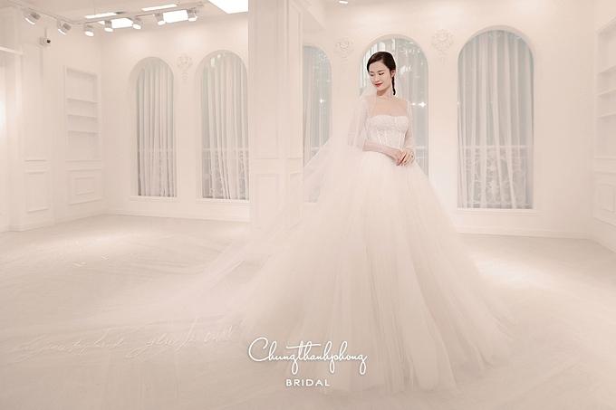 Váy cưới của Đông Nhi được thiết kế cầu kỳ và theo mong muốn của cô dâu.