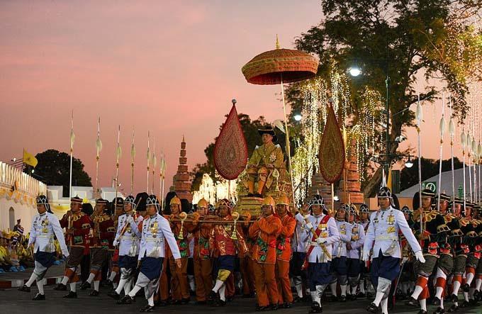 Sau lễ rước trên sông, vua Thái Lan tiếp tục được ngồi kiệu rước ở