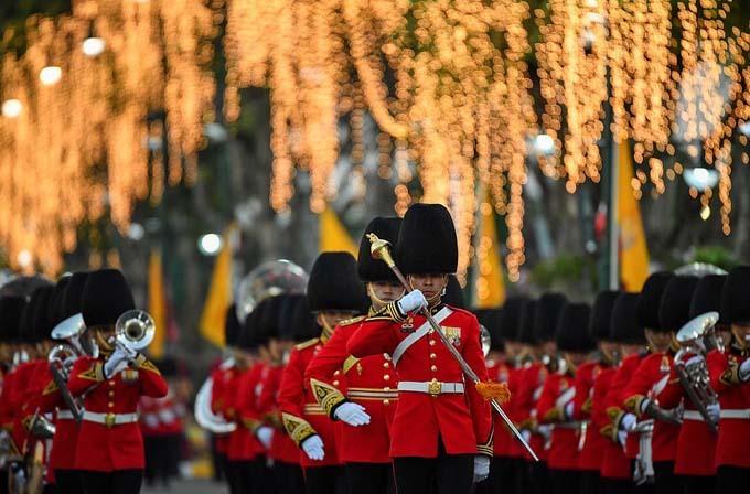 Các binh lính Thái Lan diễu hành, thổi kèn trong lễ rước kiệu của nhà vua.