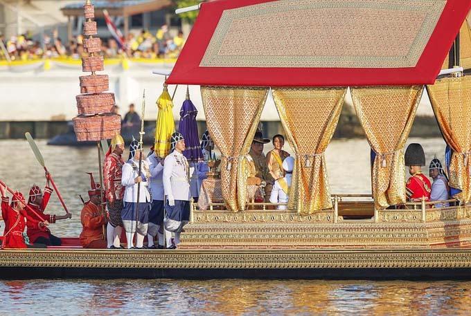 Lễ rước thuyền của vua Thái Lan diễn ra hôm 12/12, với sự tham gia của 52 thuyền được trang trí lộng lẫy và 2.200 người chèo thuyền mặc trang phục truyền thống. Đây là hoạt động cuối cùng để đánh dấu việc vua Vajiralongkorn, còn được gọi là Vua Rama X, lên ngai vàng. Ông chính thức trở thành vua Thái Lan hồi tháng 5 trong nghi lễ kéo dài 3 ngày, với rất nhiều thủ tục, nghi thức theo đạo Bà La Môn và Phật giáo.