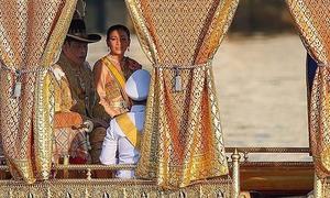 Vua Thái Lan được rước thuyền trên sông