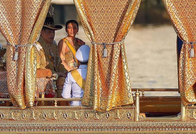 The king was accompanied by Queen Suthida Bajrasudhabimalalakshana and his 14-year-old son, Prince Dipangkorn Rasmijoti, on one barge, while his two daughters Princess Bajrakitiyabha and Princess Sirivannavari Nariratana were on another.