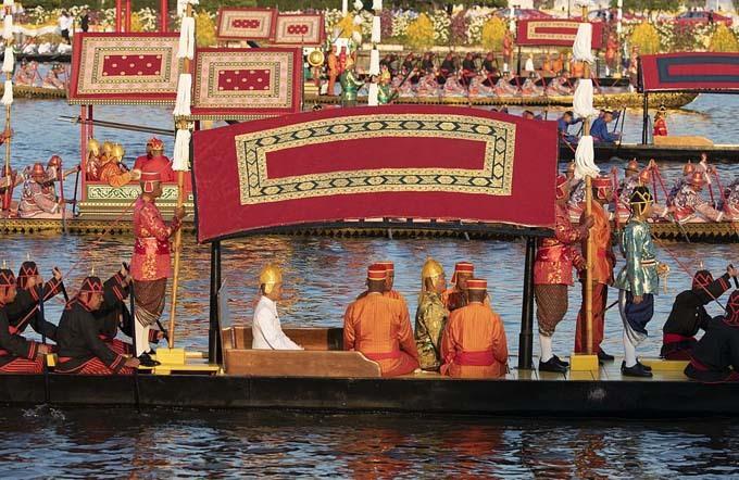 Nhà vua được rước thuyền trên sông Chao Phraya ở thủ đô Bangkok trên quãng đường dài hơn 3 km.
