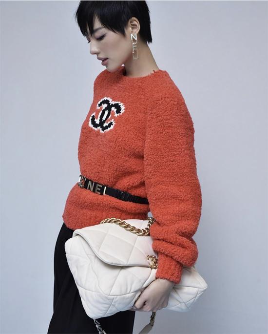 Khánh Linh luôn thể hiện phong cách mix-match chuẩn mực của một fashionista thực thụ. Áo len hot trend của Chanel được phối hợp ăn ý với các phụ kiện của cùng thương hiệu.