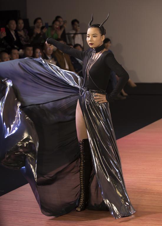 [Caption] Tiếp theo đó, những thiết kế đầy cá tính của NTK Lê Long làm cho không gian khán phòng như nổ tung theo từng bước catwalk của người mẫu.